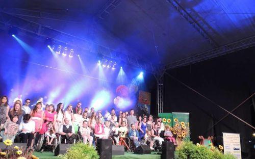 Uczestnicy festiwalu na scenie - zdjęcie grupowe