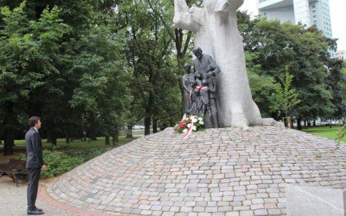 Marek Michalak pod pomnikiem Janusza Korczaka