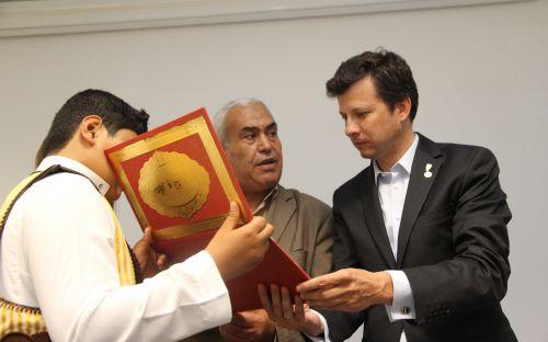 Rzecznik czyta otrzymany dyplom
