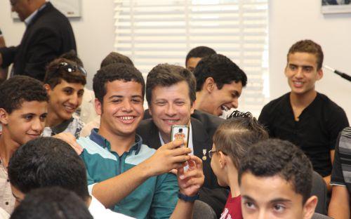 Uczeń z Libii robi sobie zdjęcie z Rzecznikiem