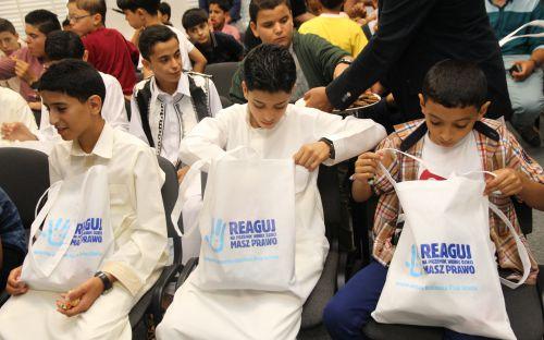 Młodzi goście z Libii oglądają otrzymane od Rzecznika upominki