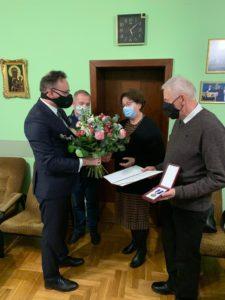 Rzecznik Praw Dziecka wręczył rodzicom Heleny przyznaną jej pośmiertnie odznakę