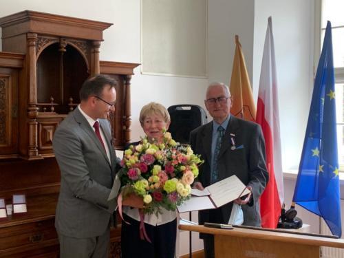 Rzecznik Praw Dziecka przyznał Odznakę Honorową za Zasługi dla Ochrony Praw Dziecka państwu Zofii i Kazimierzowi Miler